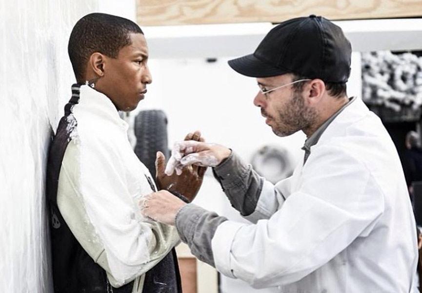 Daniel Arsham momifiant Pharrell Williams